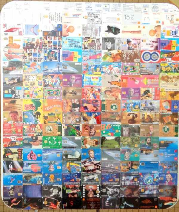 Un plateau de table décoré avec 154 cartes téléphoniques. Diy table en carton