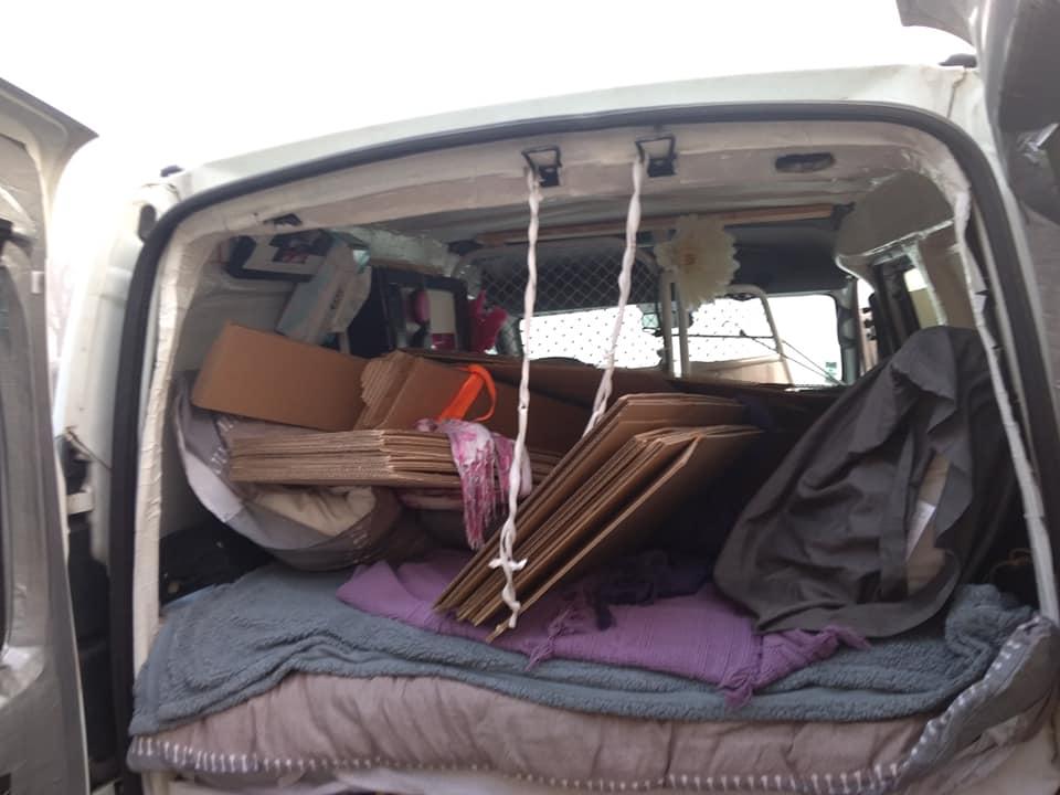 Pour déménager, c'est plus facile de charger dans la voiture et, tout monter sur place. Si les meubles ne sont pas encore montés.