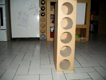Un range-bouteille en carton, réalisé avec des rouleaux de moquette